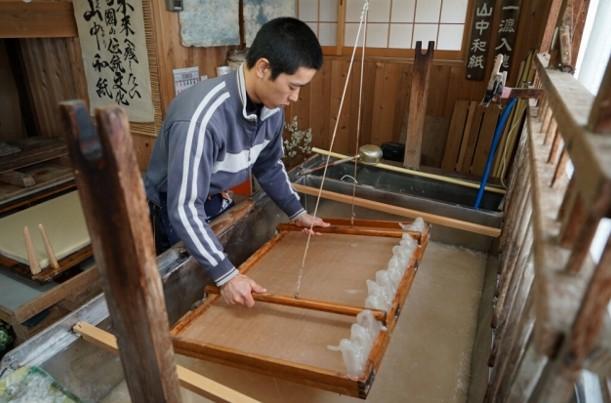 河合町の伝統工芸「山中和紙」!長尾さん家で楮(こうぞ)の皮剥ぎのお手伝い!